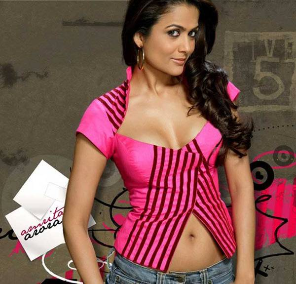 Amrita Arora showing her hot boobs