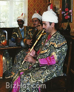 wearing_Azeri_costumes