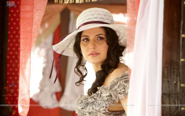 39879-zarine-khan-looking-emotional