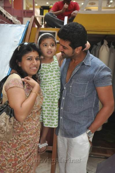 arun_vijay_with_family